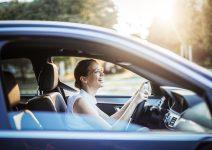 femme d'affaire au volant d'une voiture
