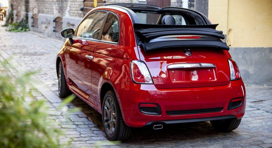 voiture FIAT500 rouge vue arrière garée dans la rue