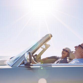 couple seniors dans un cabriolet