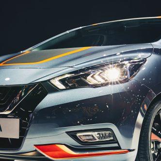 voiture 2017 Nissan Micra grise vue avant de coté gros plan