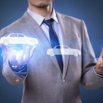 Client et conseiller au concessionnaire automobile