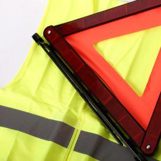 gilet jaune de sécurité et triangle rouge