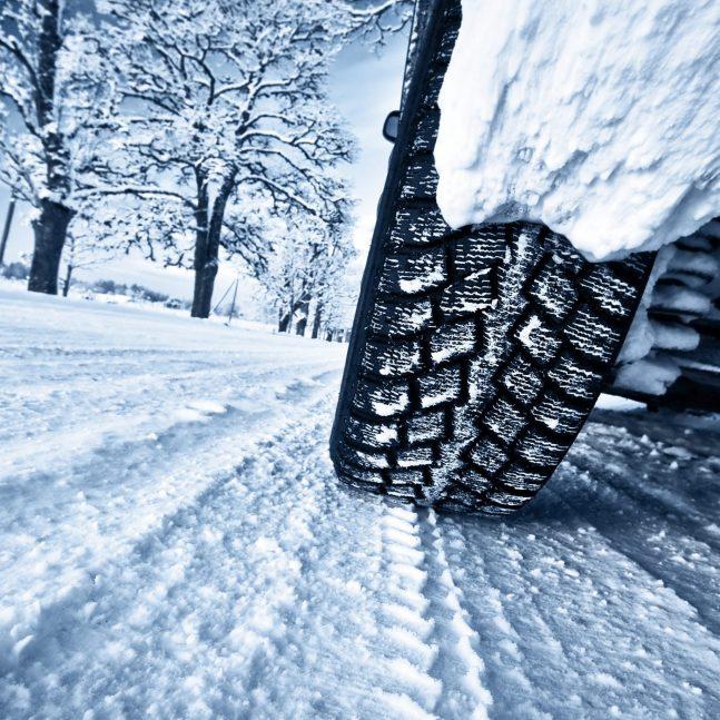 Vue de Pneu neige d'une voiture roulant sur une route enneigée