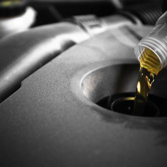 Changement de huile de moteur une voiture