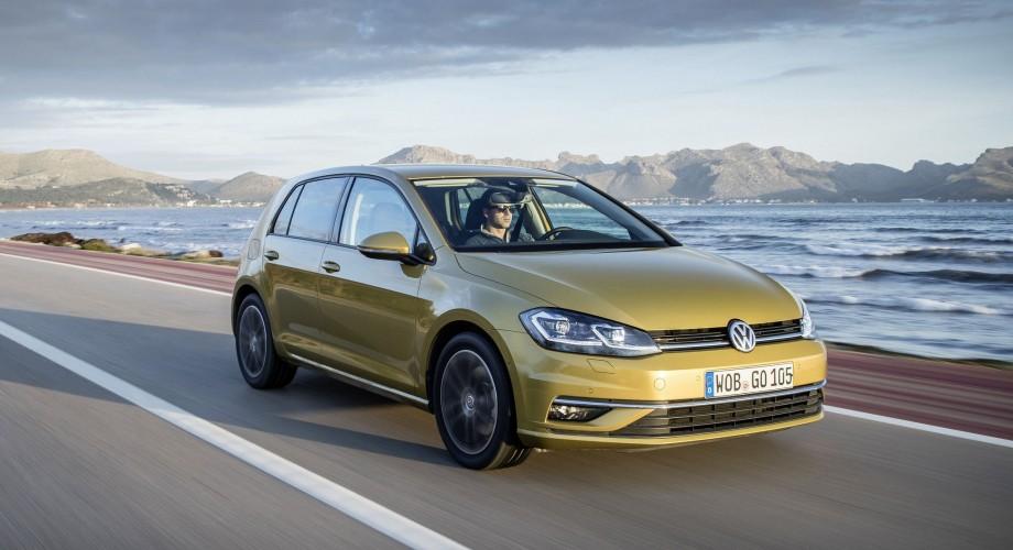 Volkswagen Golf BYmyCAR jaune sur la route