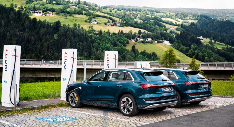 Audi e-tron 55 quattro en train de charger